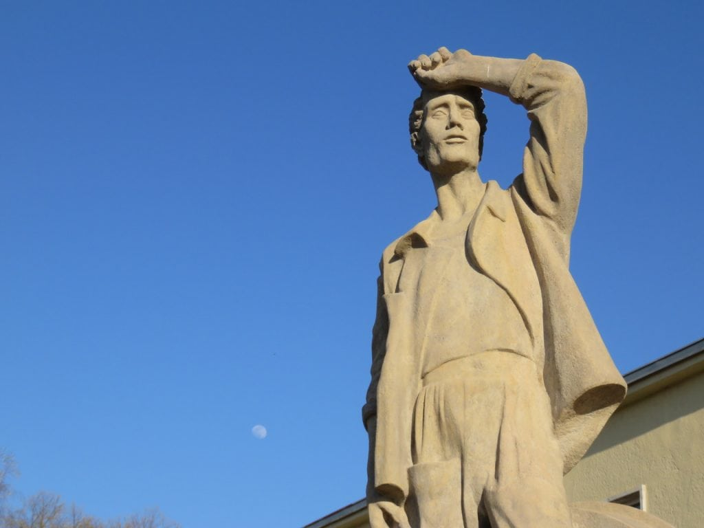 Statue vor dem Bahnhof Banska Bystrica