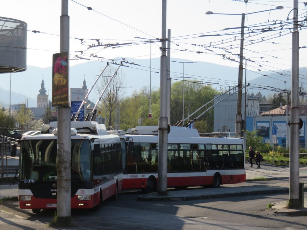 O-Busse vor dem Bahnhof Banska Bystrica