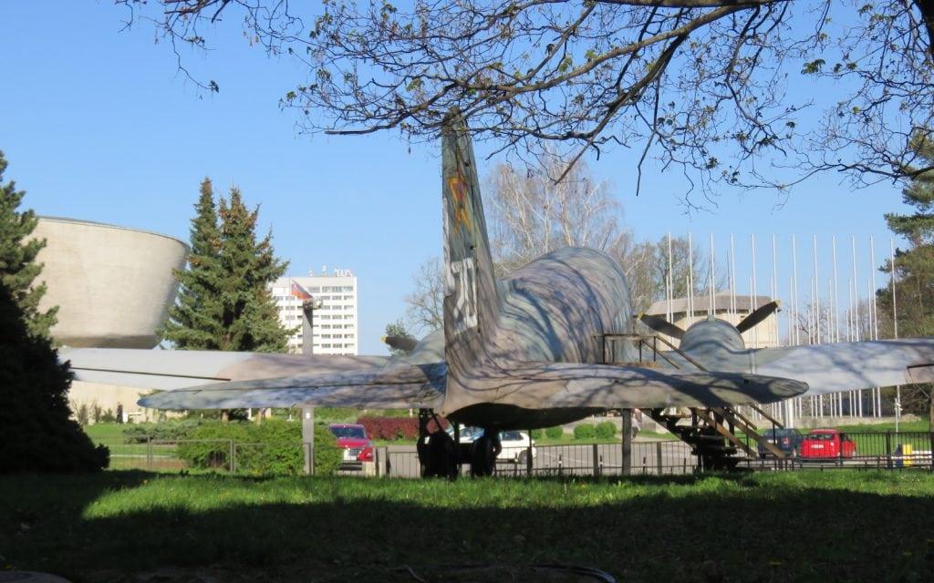 Flugzeug vor dem Museum