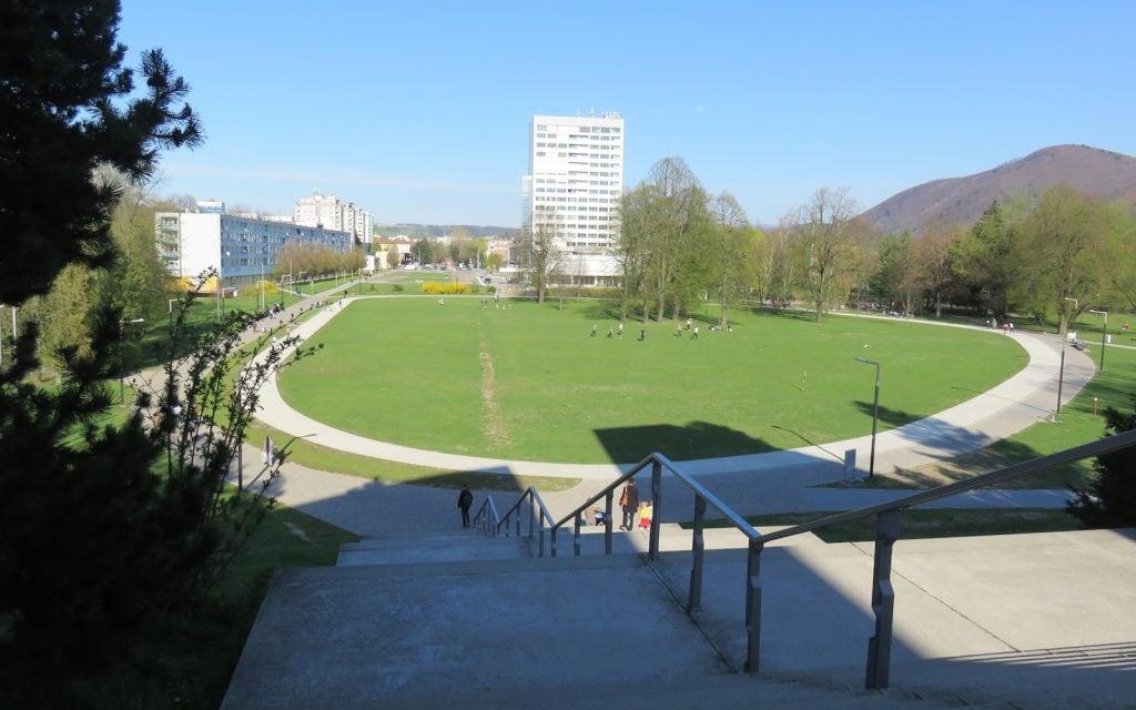 Hinter dem Museum gibt es einen großen Park