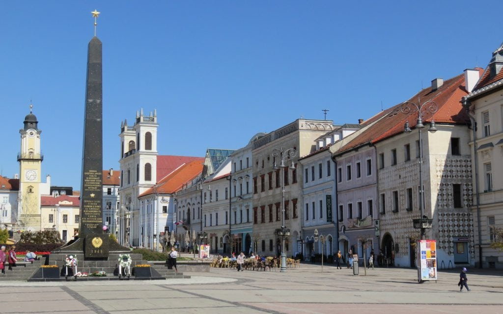 Denkmal für die Befreiung durch die Rote Armee und gotische Häuserreihe