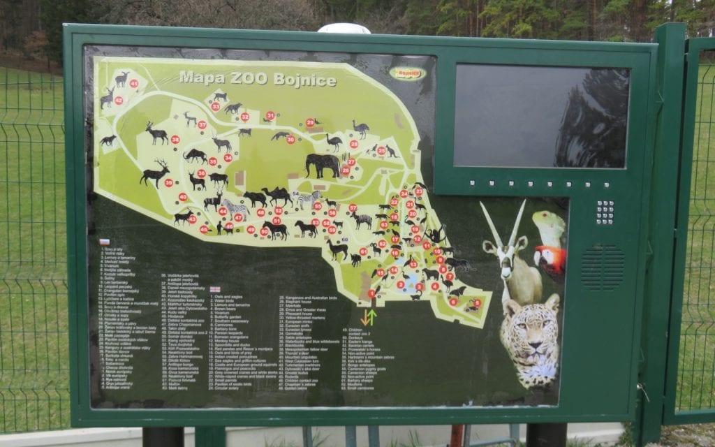 Die Videotafeln im Zoo Bojnice spielen auch Informationen auf Deutsch ab.