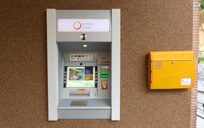 Geldautomat und Briefkasten