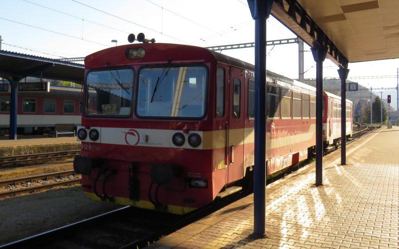 Kleiner Personenzug steht im Bahnhof
