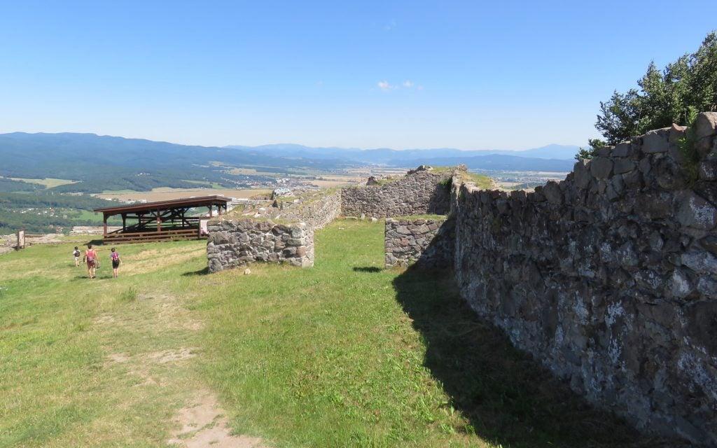 Blick innerhalb der Fläche der Oberen Burg