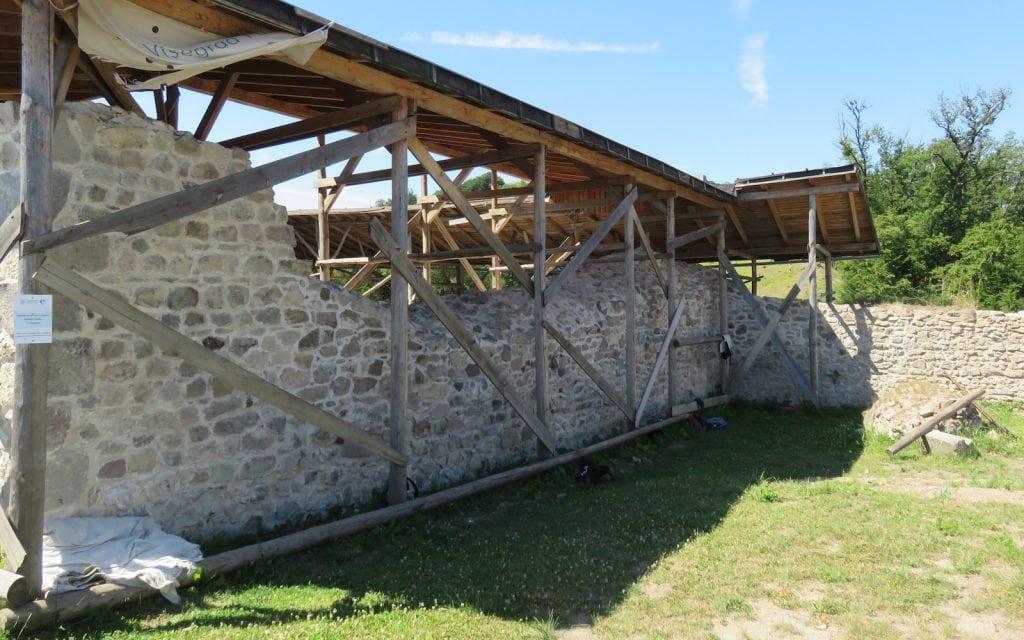 Rekonstruiertes Gebäude in den Ruinen von Pusty Hrad