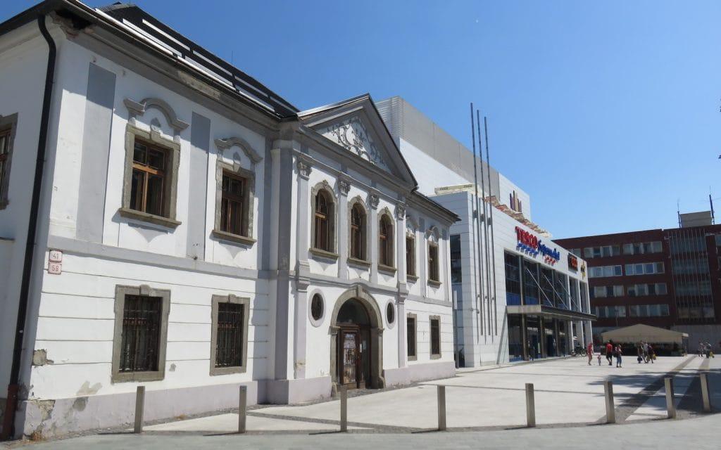 Drei Häuser aus verschiedenen Epochen in Zvolen