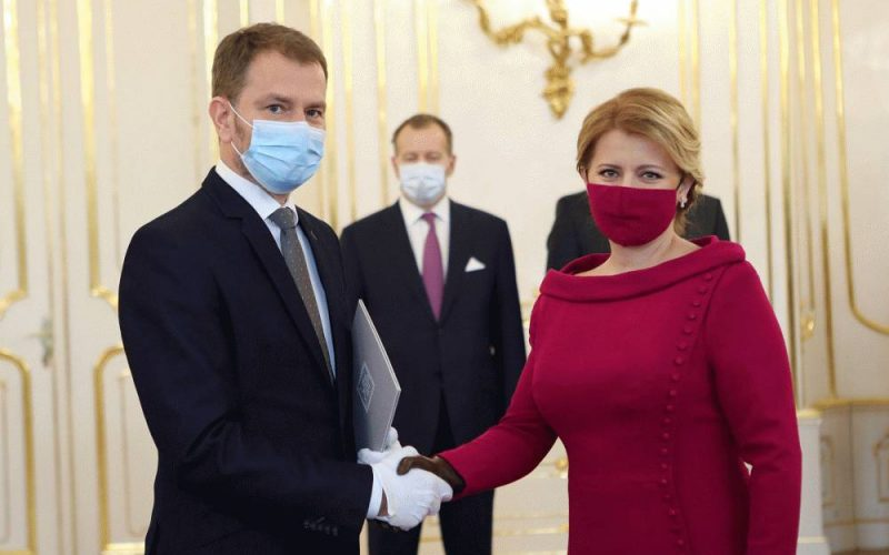 Slowakische Präsidentin und neuer Ministerpräsident mit Mundschutz geben sich die Hand